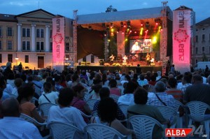 sarbatoarea muzicii oameni public piata cetatii concert