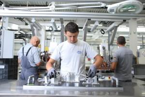 angajati in hala de productie