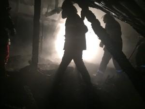 pompieri incendiu acoperis noaptea