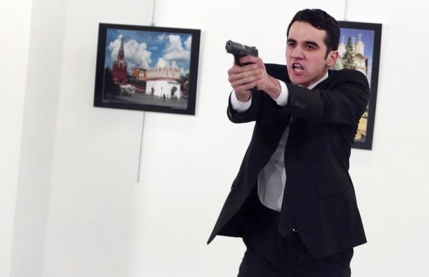 an-unnamed-gunman-gestures-after-shooting-the-russian-ambassador-to-turkey-andrei-karlov-at-a-photo-_431410_
