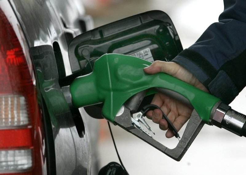 Prețurile la energie, gaze, apă și carburanți, plafonate prin Ordonanța militară nr. 4. Vela: Vor putea doar să scadă