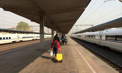tineri tren bagaje excursie vacanta