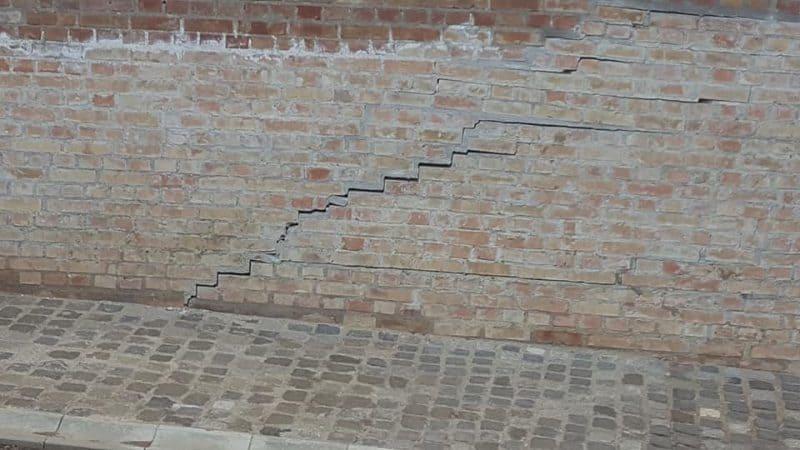 fisuri crapat zid caramida