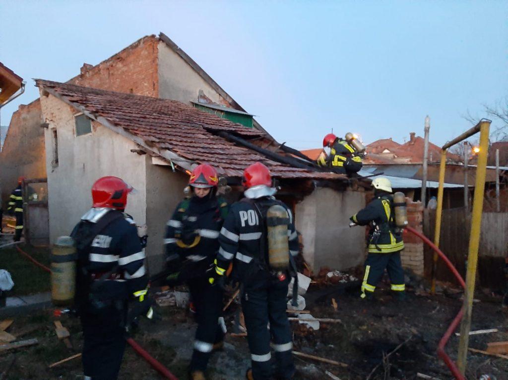 FOTO/UPDATE INCENDIU la Alba Iulia: Garaj de pe strada Mărășești, cuprins de flăcări
