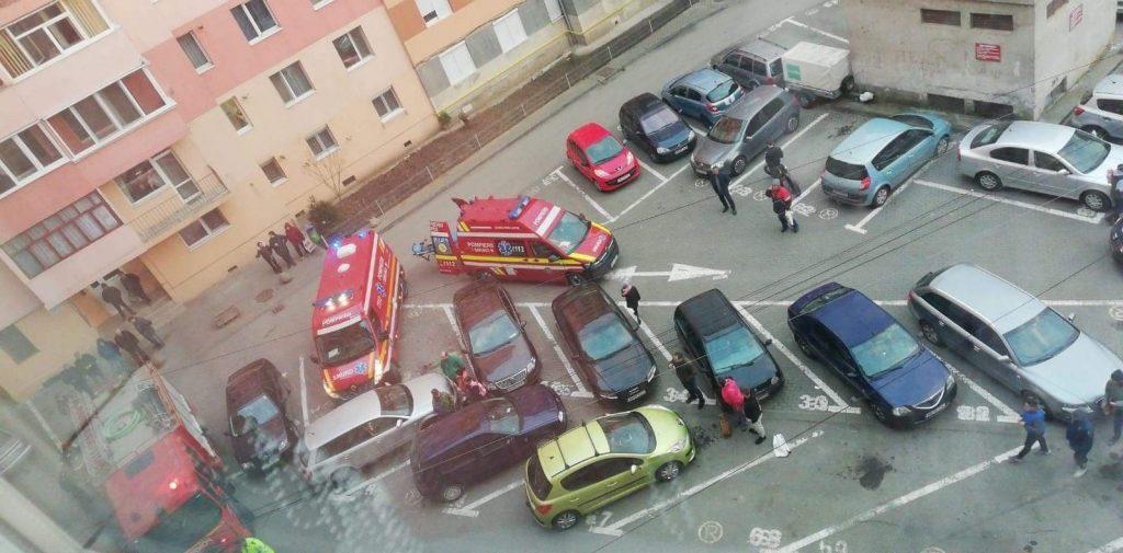 FOTO-VIDEO: Persoană intoxicată cu fum, într-un apartament din Alba Iulia. Intervenție a pompierilor, în cartierul Ampoi 1