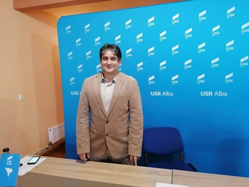 """Au început noile sondaje """"din ușă în ușă"""", la Alba Iulia. Gabriel Pleșa este măsurat în calitate de candidat al USR la primărie"""