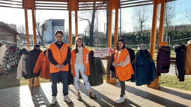 FOTO: Geci gratuite, pentru cei nevoiași, în parcul Tineretului din Sebeș. Acțiune inedită a unor tineri voluntari