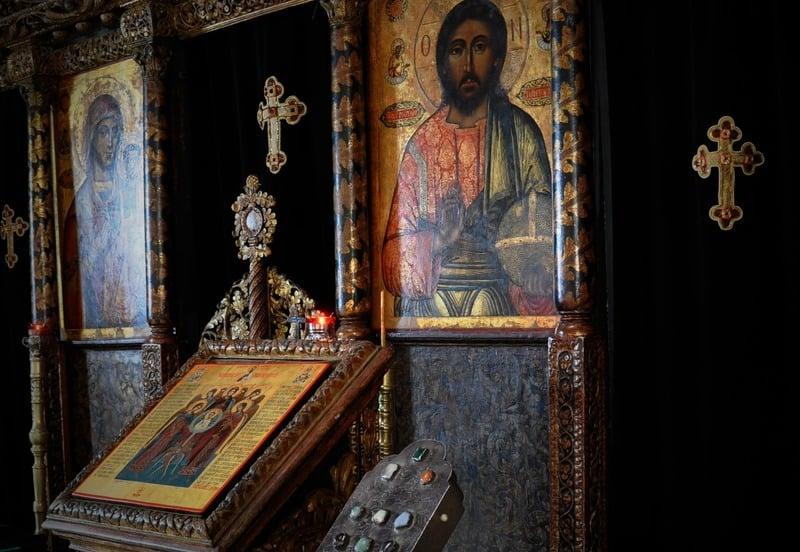 Patriarhia Română recomandă evitarea sărutării icoanelor din biserică, în contextul Covid-19. MĂSURI sanitare și spirituale