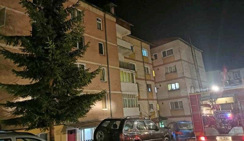 FOTO: Incendiu la un bloc din Câmpeni. Locatari evacuați, un apartament inundat cu fum