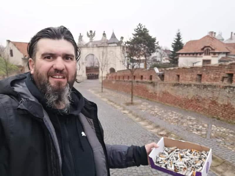 FOTO Un ghid din Alba Iulia a sărbătorit Ziua Internațională a Ghidului de Turism strângând chiștoacele aruncate în zona Cetății