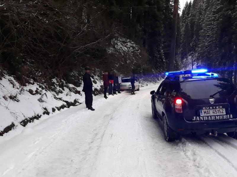 FOTO/ VIDEO: Trei tineri blocați cu mașina pe un drum forestier, recuperați de jandarmi. Mergeau spre Domeniul Schiabil Șureanu
