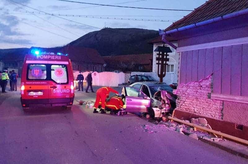 UPDATE FOTO: ACCIDENT grav la Bucerdea Vinoasă. Un bărbat a murit, după ce s-a izbit cu mașina de o casă