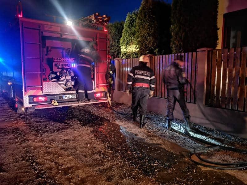 FOTO: Incendiu la o locuință, în Alba Iulia. Un bărbat a suferit arsuri și intoxicație cu fum