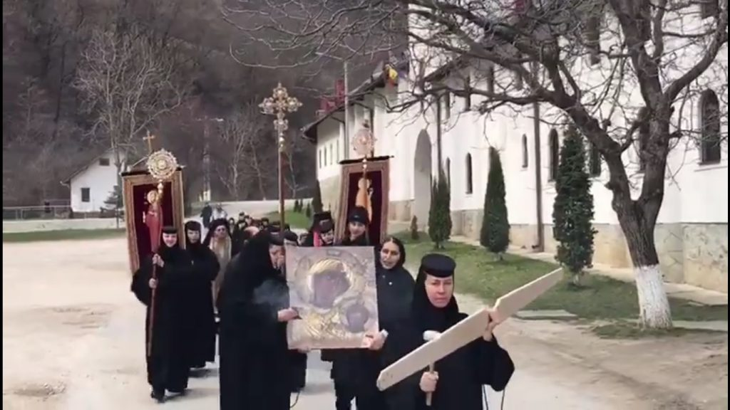 VIDEO: Maicile de la Mănăstirea Râmeț au ieșit în procesiune și s-au rugat pentru alungarea pandemiei de coronavirus